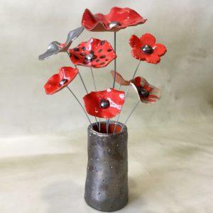 Bouquet de coquelicots et fleurs rouge et métal