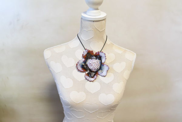 Grand pendentif Fleur blanc irisé et métal