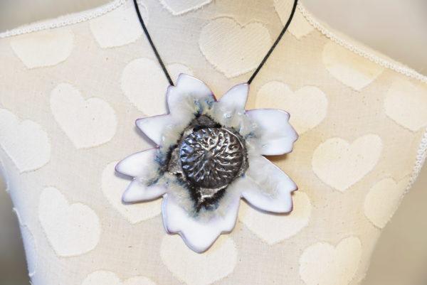 Grand pendentif Cosmos blanc irisé